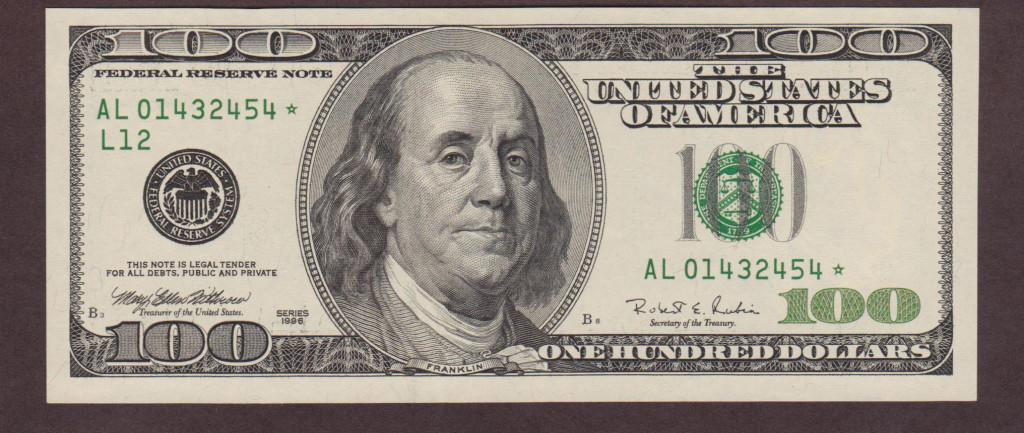 На 100 долларовои купюре изображен портрет президента