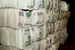 Запасы долларов в хранилище банка